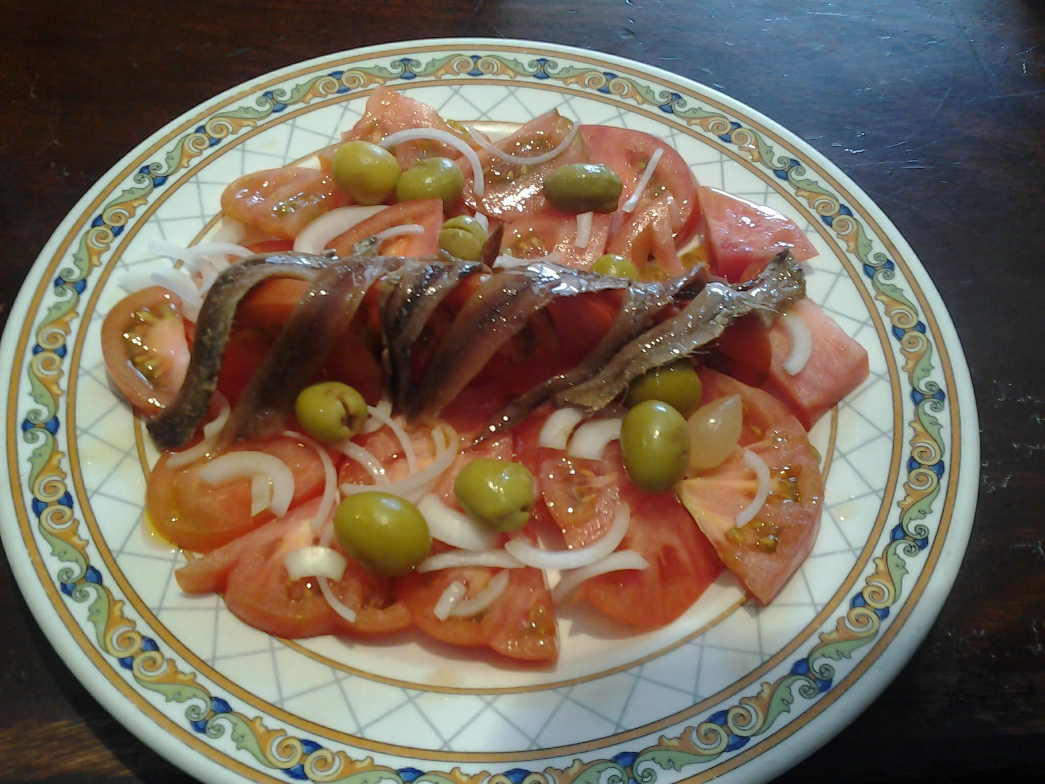Ensalada de tomate Raf y anchoa de bahía.